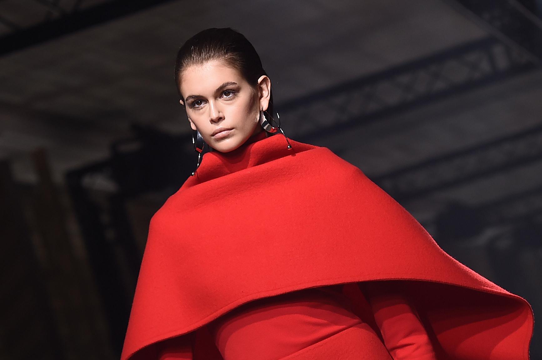 Les cheveux plaqués seront la grande tendance de la saison comme l'a montré Givenchy à Paris en mars 2020.